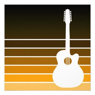 silhueta da guitarra acústica o âmbar desvanece-s convites