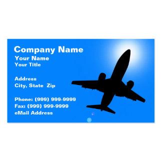 Silhueta do avião contra o céu azul claro modelo cartões de visita
