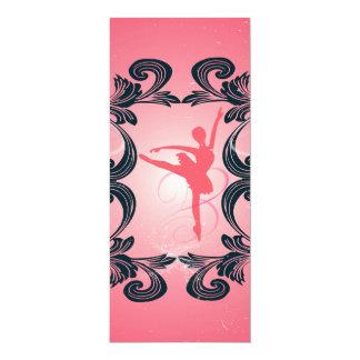 Silhueta do dançarino de balé no fundo cor-de-rosa convite 10.16 x 23.49cm