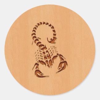 Silhueta do escorpião gravada no design de madeira adesivo