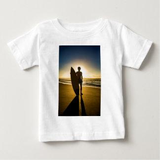 Silhueta do surfista durante o nascer do sol camiseta para bebê