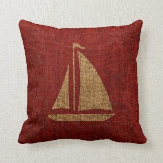 Silhueta do veleiro no vermelho rústico almofada