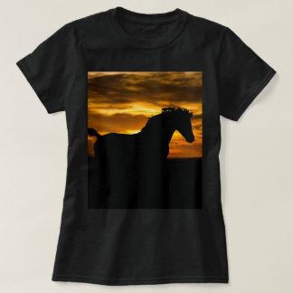 Silhueta preta do por do sol do cavalo camiseta