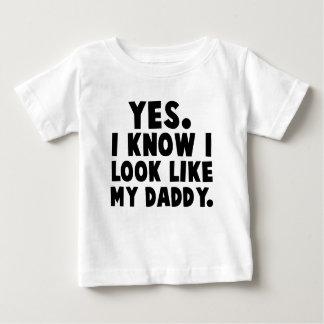 Sim, eu sei que eu olho como meu pai camiseta para bebê