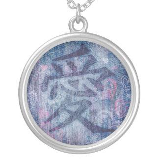 Símbolo azul chinês do amor & colar cor-de-rosa do