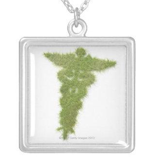 Símbolo da medicina feito da grama colar com pendente quadrado