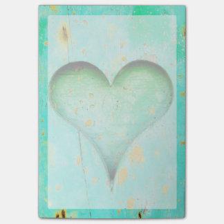 Símbolo de madeira resistido do coração da pintura bloco post-it