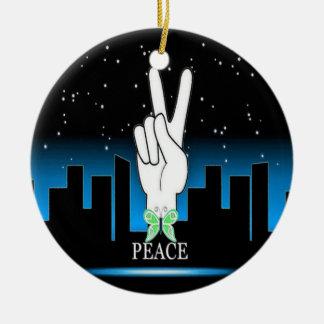 Símbolo de paz da mão com um fundo da cidade enfeites para arvores de natal