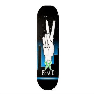 Símbolo de paz da mão com um fundo da cidade shape de skate 18,4cm