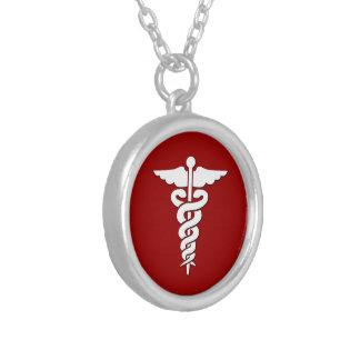 Símbolo médico colar banhado a prata