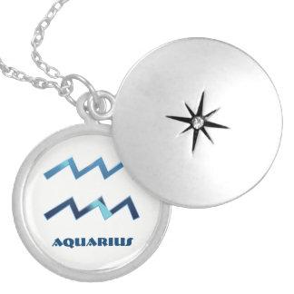 Sinais azuis do zodíaco do Aquário no branco Colar Medalhão
