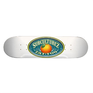 Skate alaranjado do logotipo da cidade do tatuagem