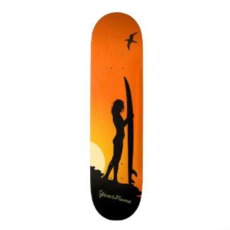 skate da praia do por do sol da menina do surfista