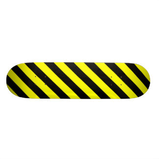 Skate preto & amarelo do teste padrão das listras