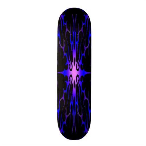 Skate roxo e azul do tatuagem tribal das chamas