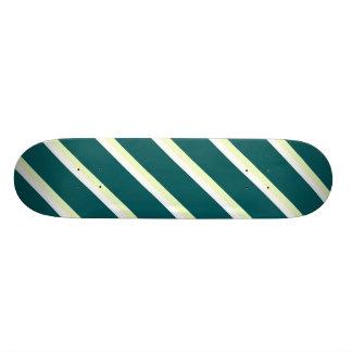 Skate verde, branco e esverdeado das listras