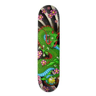 Skate verde do tatuagem do dragão da flor de