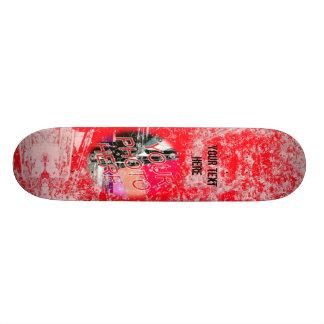 Skate vermelho do modelo da foto do Grunge