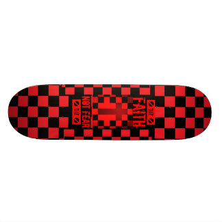 Skate vermelho e branco do piloto