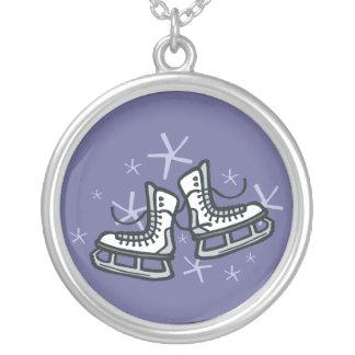 skates e flocos de neve de gelo gráficos colar com pendente redondo