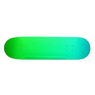 SkyBlue e plataforma verde do skate do inclinação