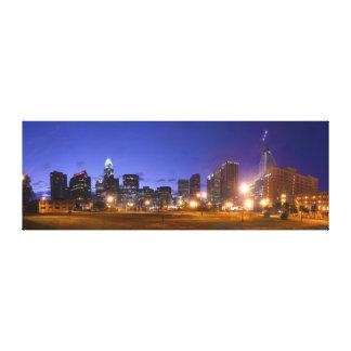 Skyline de Charlotte no alvorecer da lona