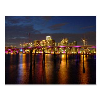 Skyline de Miami Florida no cartão da noite