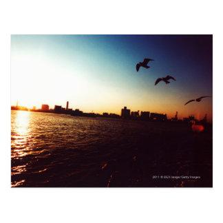 Skyline mostrada em silhueta da baía de Tokyo no Cartão Postal