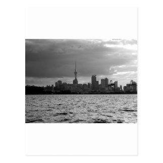 Skyline preto e branco de Auckland Cartão Postal
