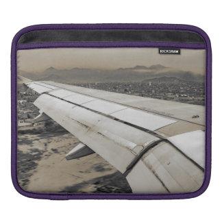 Sleeve Para iPad Avião que chega à cidade pequena