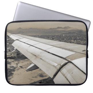 Sleeve Para Laptop Avião que chega à cidade pequena