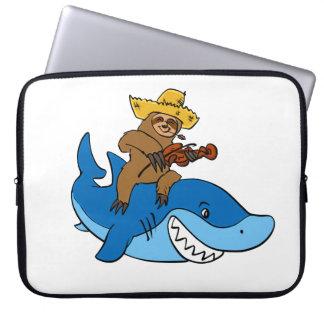 Sleeve Para Notebook Preguiça do aldeão montada no tubarão
