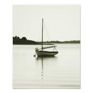 Sloop de descanso na lagoa de Menemsha, Martha's V Impressão De Foto
