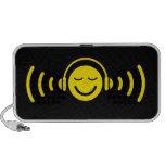 Smiley com os fones de ouvido que escutam em auto- caixinhas de som para iPhone