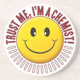 Smiley da confiança do químico porta copos de arenito
