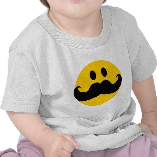 Smiley do bigode (cor customizável do fundo) t-shirts