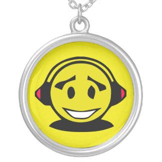 Smiley face amarelo que veste fones de ouvido colar com pendente redondo