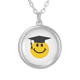 Smiley face graduado com chapéu da graduação colares