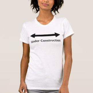 Sob a camisa das mulheres da construção