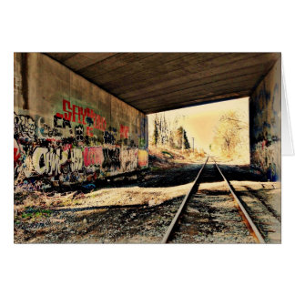Sob o cartão da ponte da estrada de ferro
