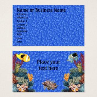 Sob o mar com peixes e cartão de visita do negócio