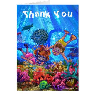 Sob os cartões de agradecimentos do mar