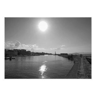 Sol da noite que reflete no mar foto