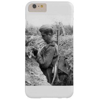 Soldado de exército vermelho de WWII com gatinho Capa Barely There Para iPhone 6 Plus