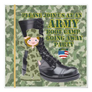 Soldado fêmea Boot Camp que vai afastado convite