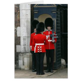 Soldados no dever de sentinela no cartão de