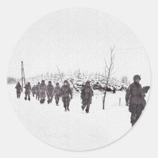 Soldados que marcham na neve adesivo redondo