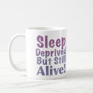 Sono destituído mas ainda vivo em roxos sonolentos caneca de café
