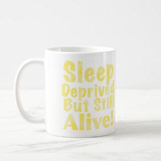 Sono destituído mas ainda vivo no amarelo caneca de café