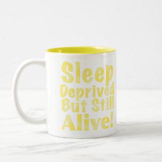 Sono destituído mas ainda vivo no amarelo caneca de café em dois tons